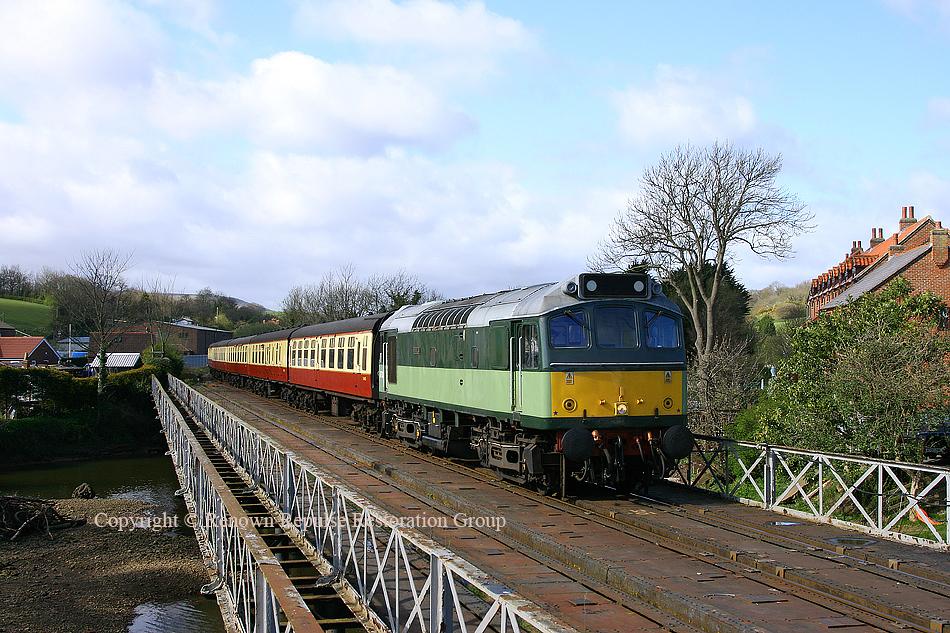 25278 hauling 1Z0 at Ruswarp 8th April 2009